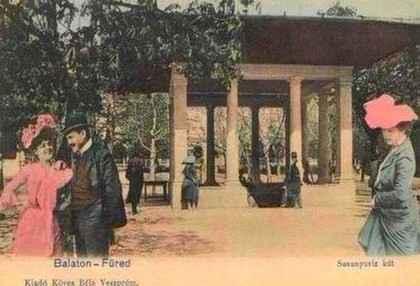 Forrás: Balatonfuredma.hu - A Kossuth forrás-kút egy korabeli képeslapon. A műemlék kútházat tervezte és építette Lechner Mátyás 1800-ban, átépíttette Fruman Antal 1852-ben. I. Ferenc József császár-király 1852-ben látogatta meg először Füredet.