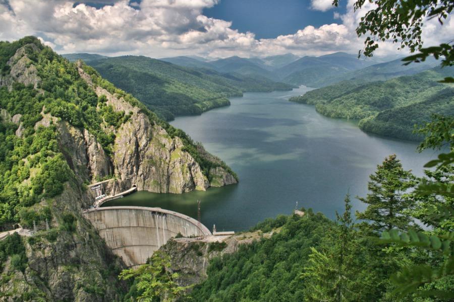 Forrás: Airlinestravel.ro / A Vidraru-tó egy mesterséges tó Romániában, a Fogarasi-havasokban. Az Argeș folyó vizének felduzzasztásával hozták létre 1965-ben. A tó hossza 14 km, 900 hektárnyi területet foglal el és kb. félmilliárd köbméter víz van benne